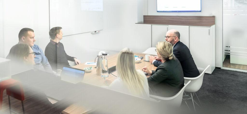 Büro von HÄNJES Verlagsdienstleistungen mit Meeting zu Dialogmarketing für Tageszeitungen