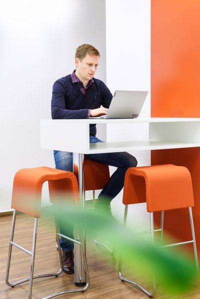 Büro von HÄNJES Verlagsdienstleistungen mit Arbeit an Dialogmarketing für Tageszeitungen