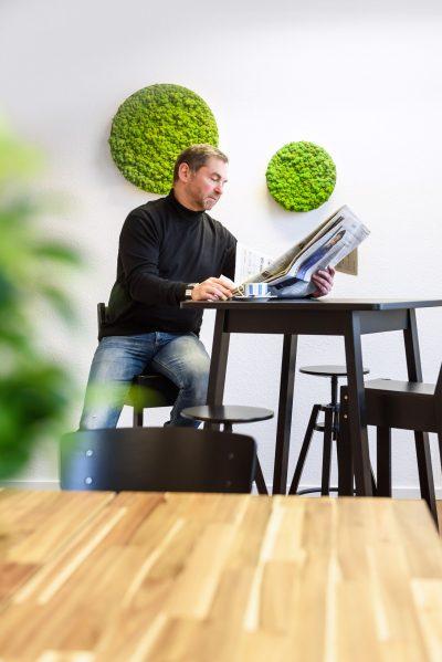 Büro von HÄNJES Verlagsdienstleistungen Zeitung lessen
